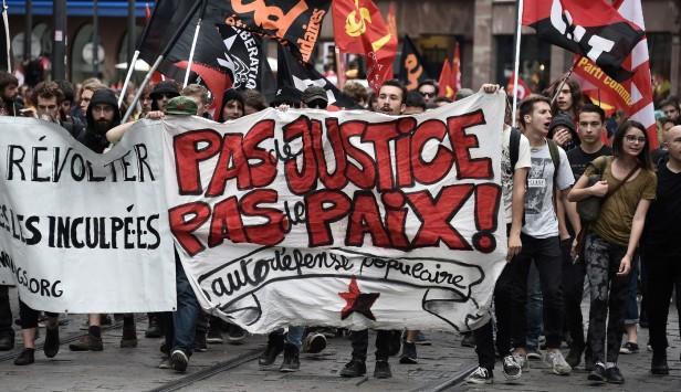 jeunes-defilent-derriere-banderole-proclamant-justice-Strasbourg-15-septembre-2016_2_1400_807.jpg